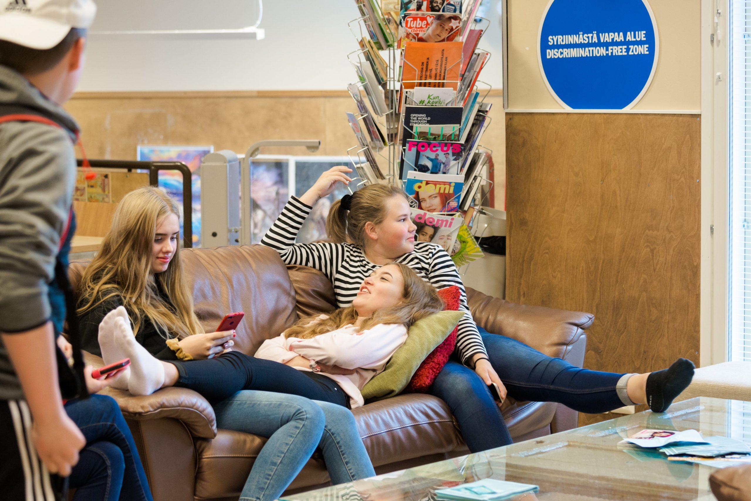 nuoria sohvalla seppälän nuorisotalolla