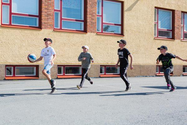 palonkylän koulun oppilaita pelaa korista