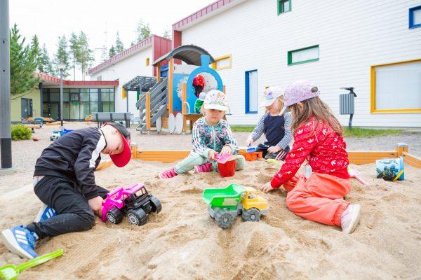 käpälämäen päiväkodin lapsia hiekkalaatikolla