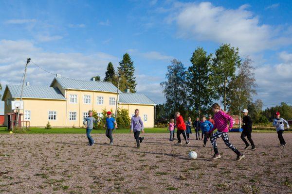 luoman koulun oppilaat jalkapalloa pelaamassa