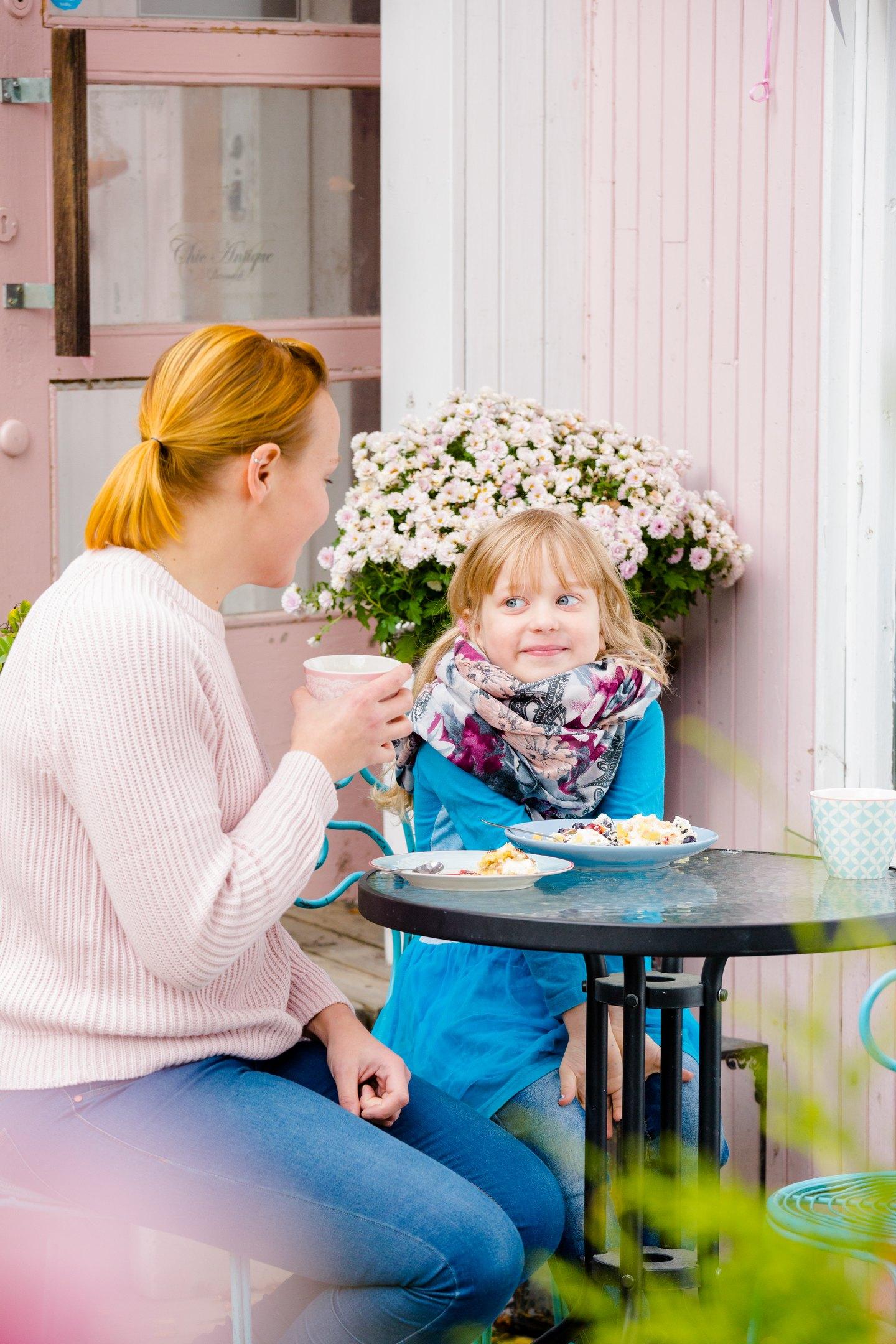 äiti ja lapsi kahvilassa