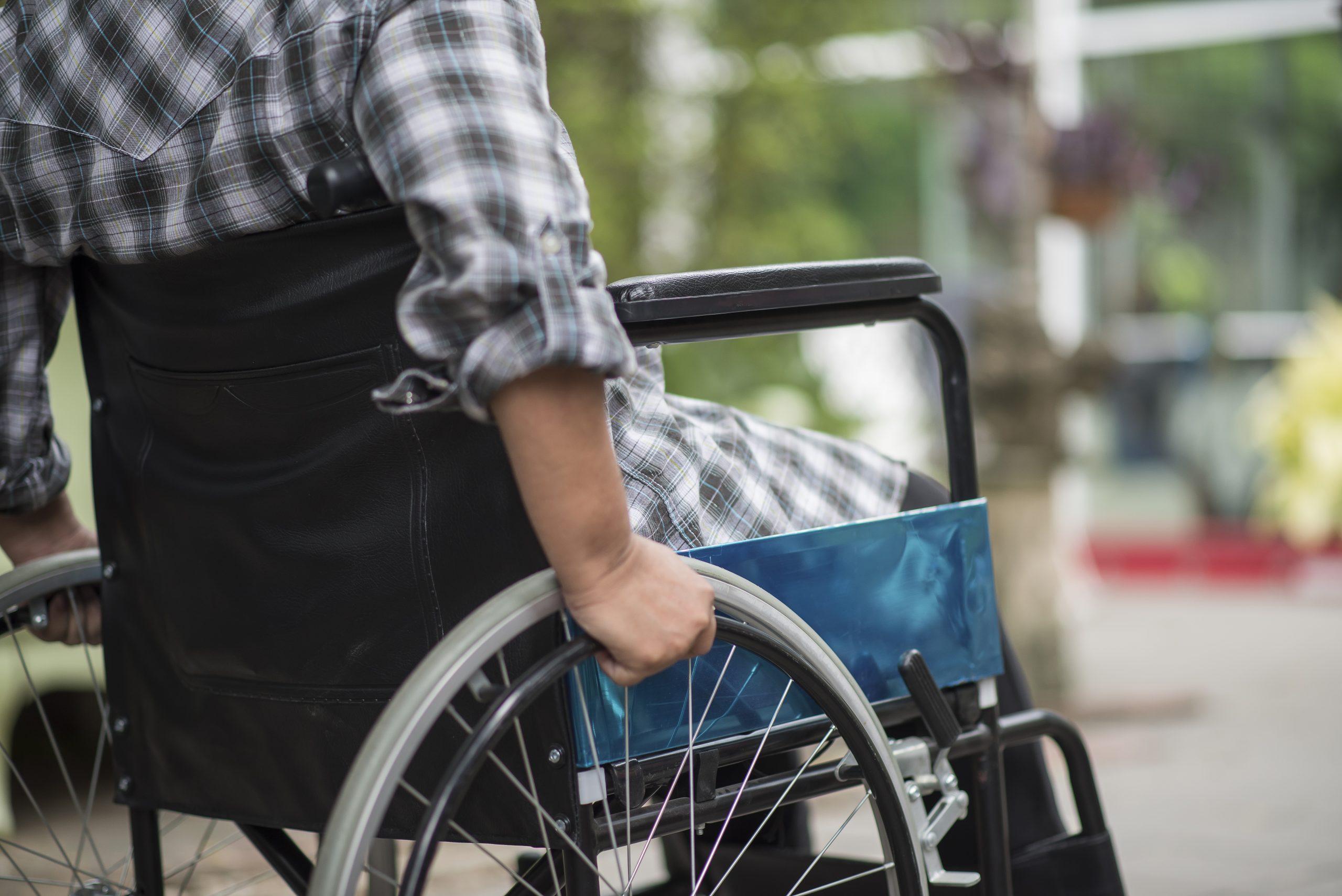 nainen pyörätuolissa