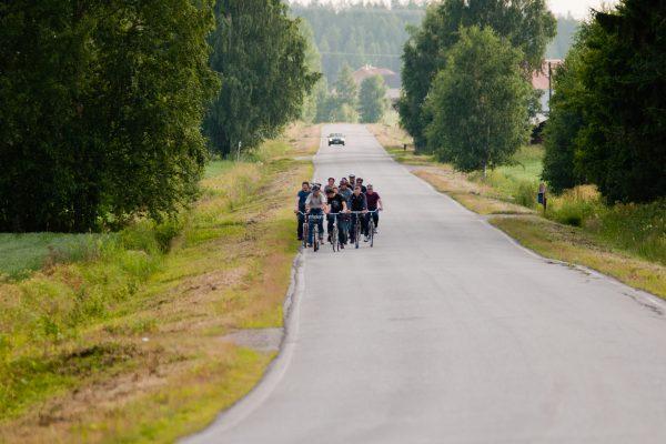 pyöräilijät autotiellä