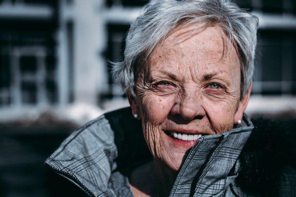 seniori-ikäinen nainen