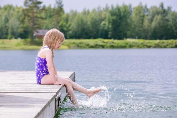 tyttö laiturilla konnanmontun uimarannalla