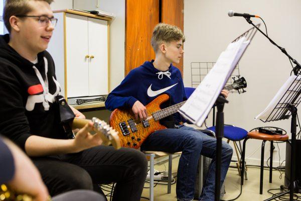 oppilaat soittavat kitaraa