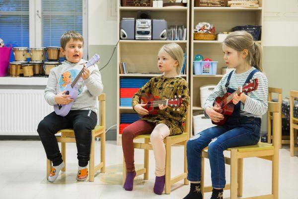 oppilaat soittavat ukuleleä